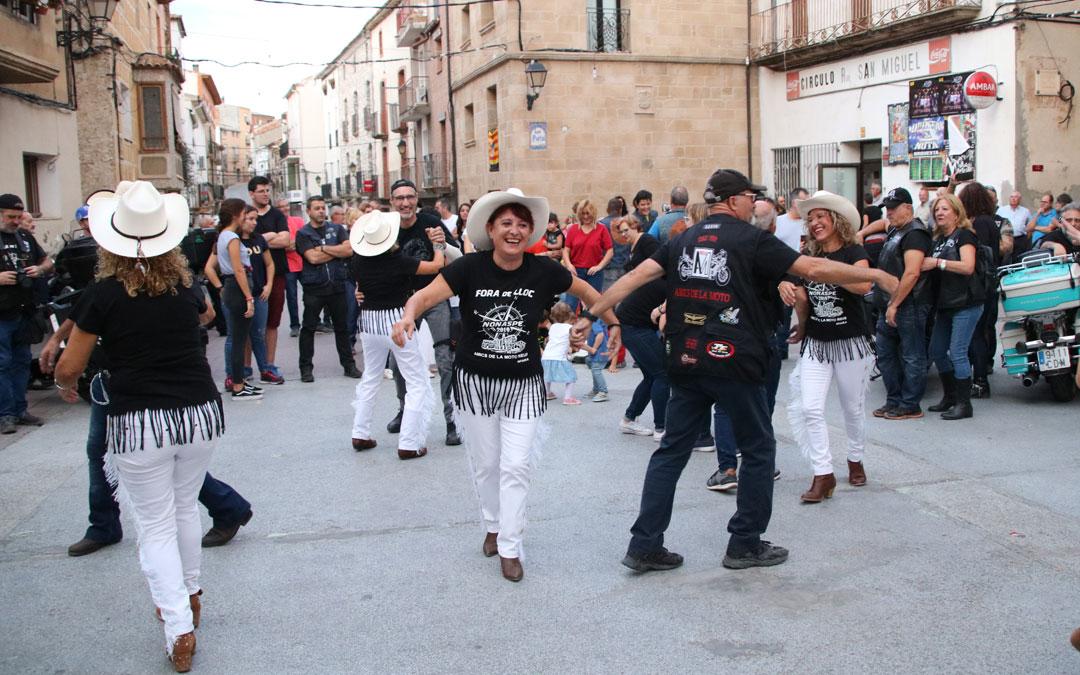 Todos los asistentes se unieron a bailar Country. // Esther Icart