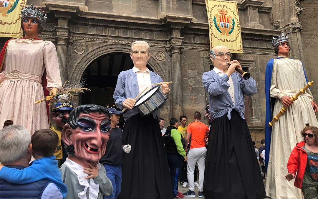 Los dulzaineros, entre el rey y la reina, el día de San Jorge en la plaza España después del vencimiento del Dragón./ L. Castel
