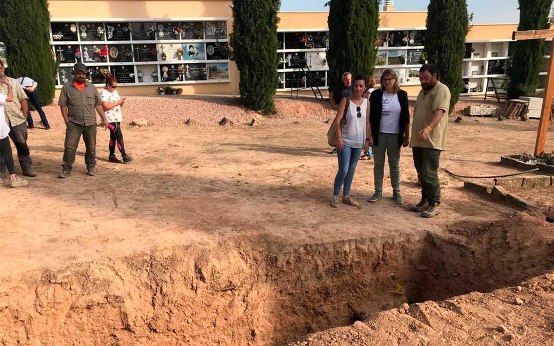 Visita de las autoridades políticas a la exhumación de la fosa común número VII del Cementerio Municipal de Alcañiz.