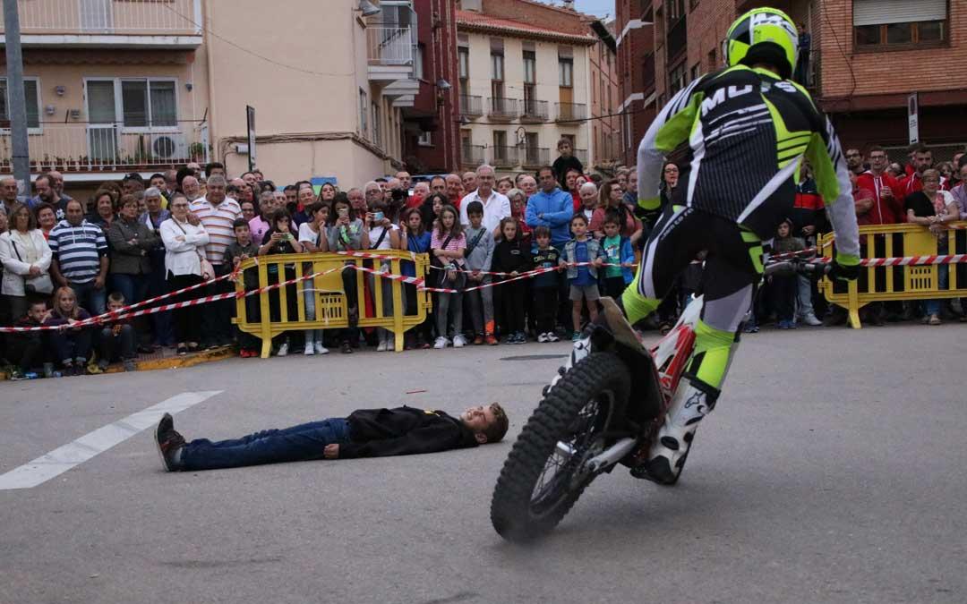 Un valiente alcorisano accedió a que las motos saltaran por encima de él. // Esther Icart