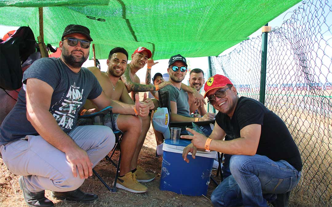 Un grupo de amigos valencianos bien preparados para disfrutar de los entrenamientos del sábado desde la grada 4./ Adrián Monserrate