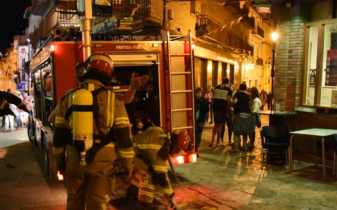 Efectivos del parque de bomberos en el lugar de los hechos. // LaComarca