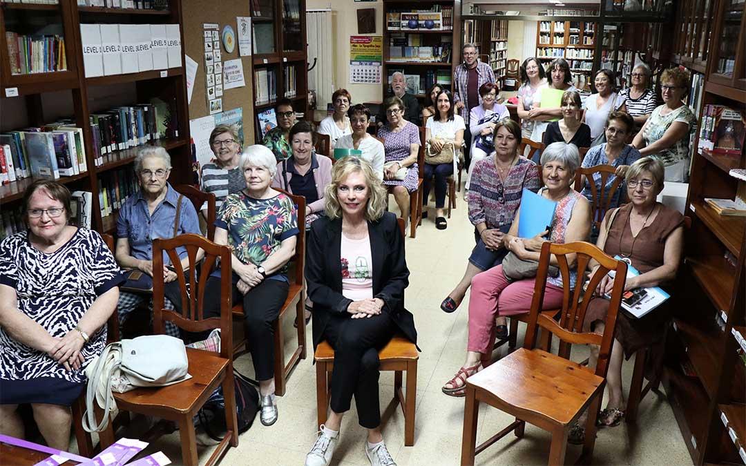 Encuentro con la escritora Margarita Barbachano en la biblioteca municipal de Caspe.