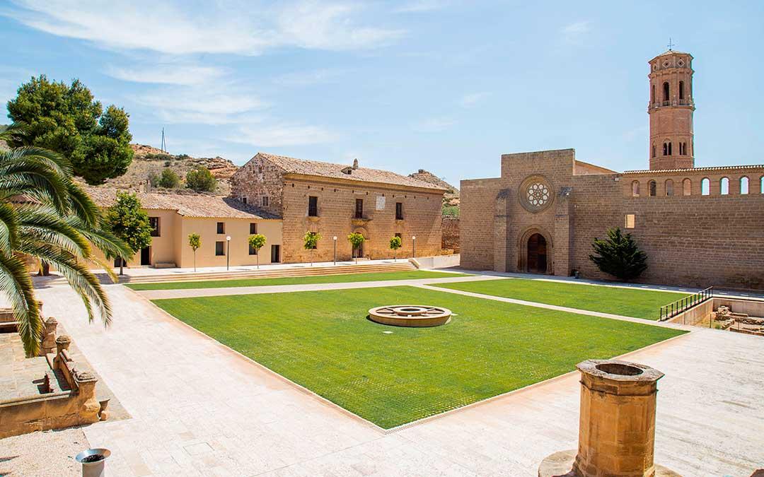 El Real Monasterio de Nuestra Señora de Rueda se asienta en la vereda del río Ebro, a medio camino de las villas de Sástago y Escatrón.