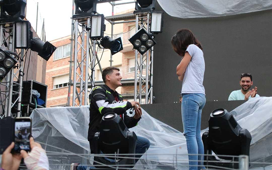 Un joven de Calatayud, residente en Irún, le pide matrimonio a su novia en el escenario del Embudo el sábado por la tarde./ Adrián Monserrate