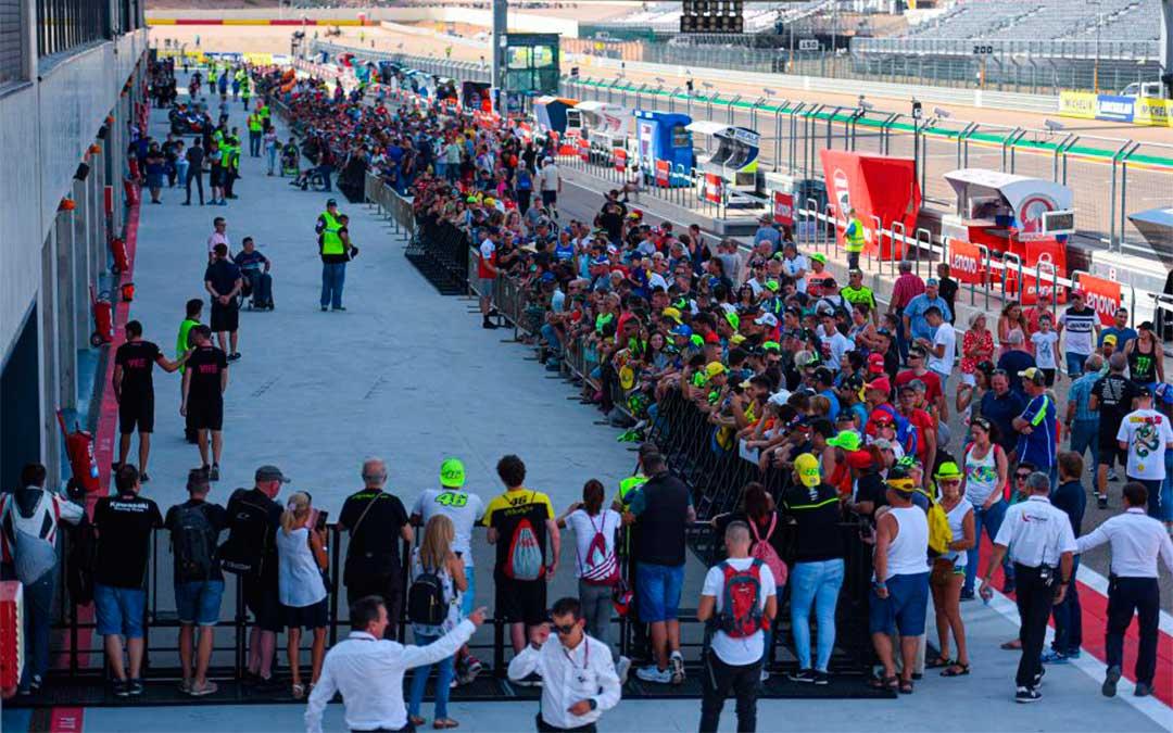 Pit lane walk del jueves en Motorland./ Agency Sport Media