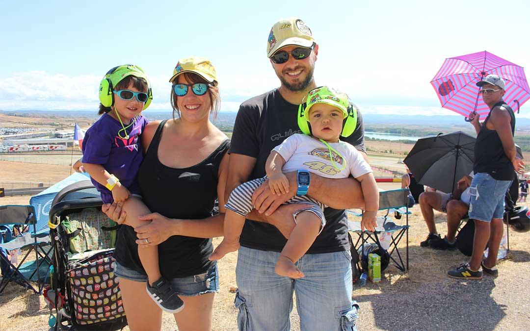 Esta pareja de aficionados de San Sebastián comenzaron a ir a Motorland antes de ser padres y ahora continúan yendo con sus dos hijos./ Laura Castel.