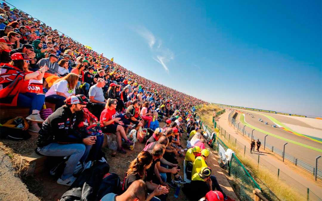 Aficionados del motor disfrutan del campeonato de MotoGP./ Motorland Aragón.