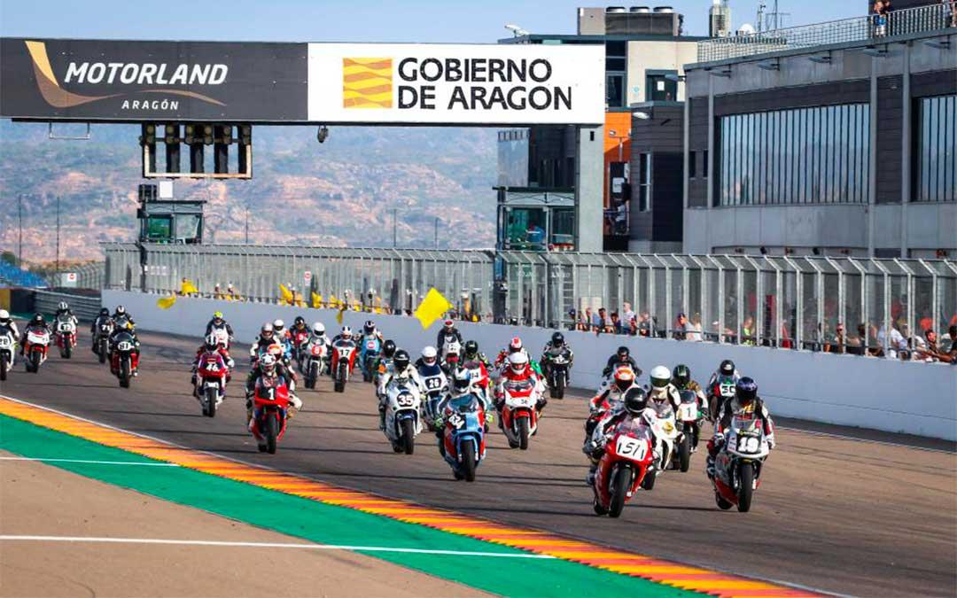 Inicio de la prueba de velocidad el sábado en Motorland. El piloto fallecido, Víctor Arturo Vargas Lucas, de 41 años, sufrió un accidente tras la salida en la curva 1./ AGENCY SPORT MEDIA