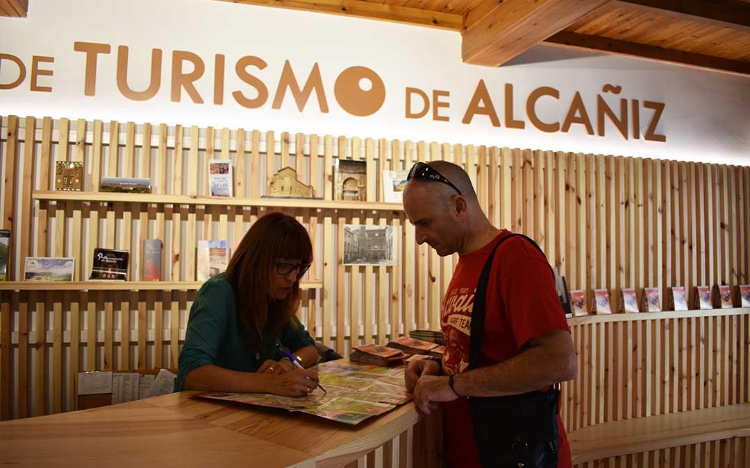 Un turista es informado por una de las guías de la Oficina de Turismo.