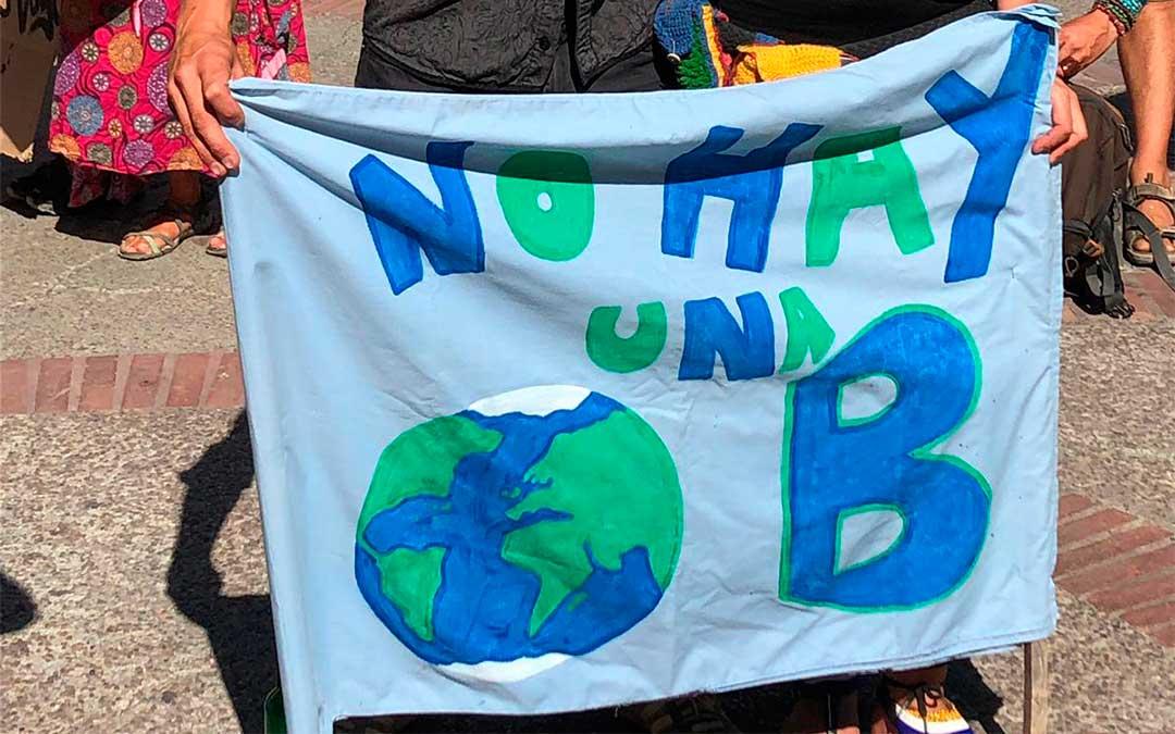 """Pancarta de protesta contra el cambio climático: """"No hay una Tierra B""""."""