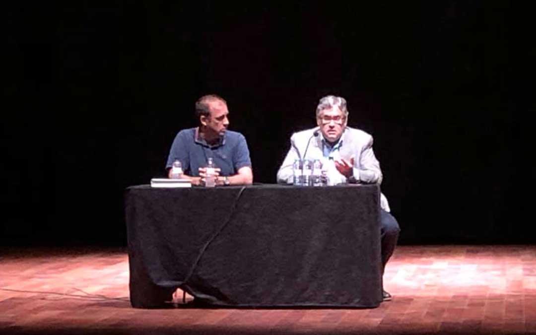Juan Manuel de Prada durante el acto, en el Cine Teatro Goya de Caspe.