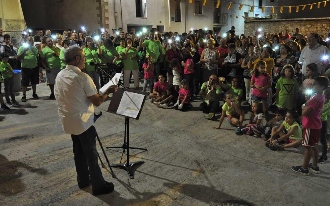 Los asistentes encendieron las linternas de sus móviles al final del acto.
