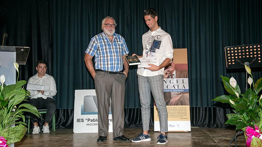 Marcos Gracia Pascual recibió el premio de manos de Javier Alquézar / Rosa Pérez