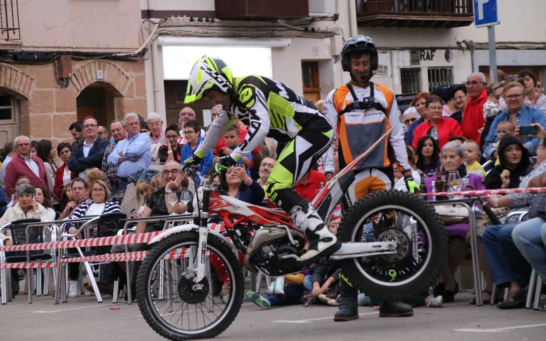 Los dos pilotos de Trial Show este viernes en Alcorisa. // Esther Icart