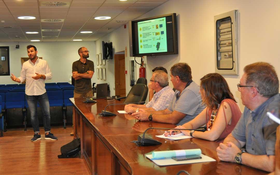 Alcaldes y representantes de la empresa mantuvieron una reunión en la sede de la comarca.