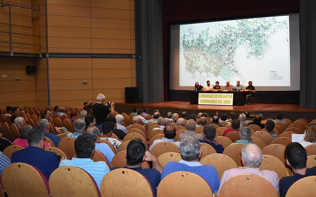 Decenas de agricultores y regantes acudieron ayer por la tarde a la reunión, en el Cine Teatro Goya de Caspe.