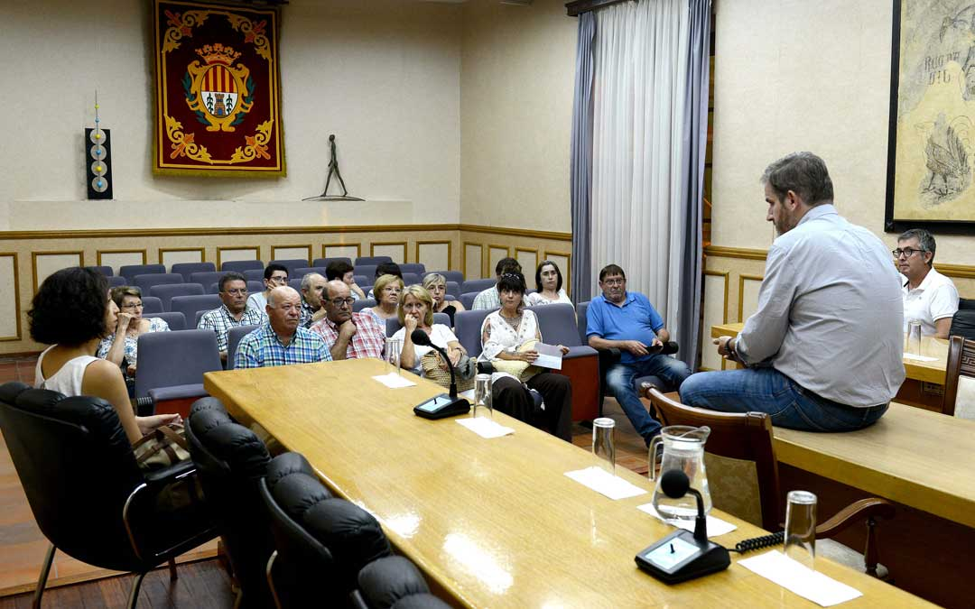 Imagen de la reunión entre Ayuntamiento y afectados por el derrumbe este martes por la noche / Ayto. Alcañiz