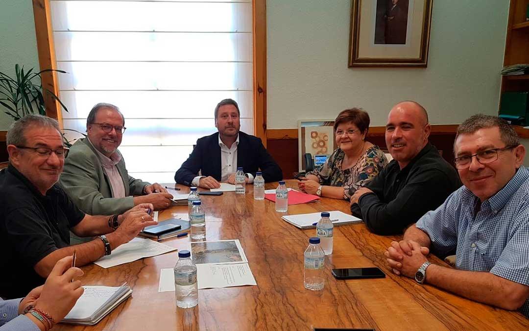 Representantes municipales de Caspe junto a José Luis Soro y Bizén Fuster, de CHA.