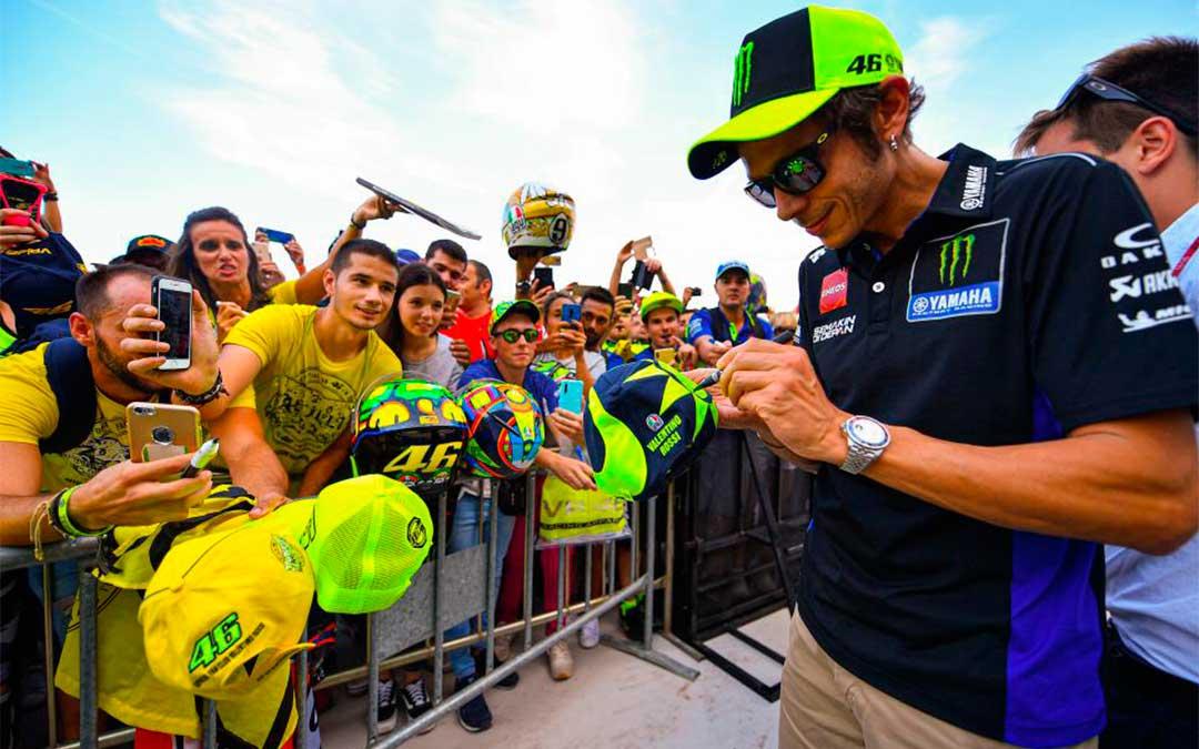 Valentino Rossi en el pit lane walk celebrado el jueves en Motorland./ Agency Sport Media