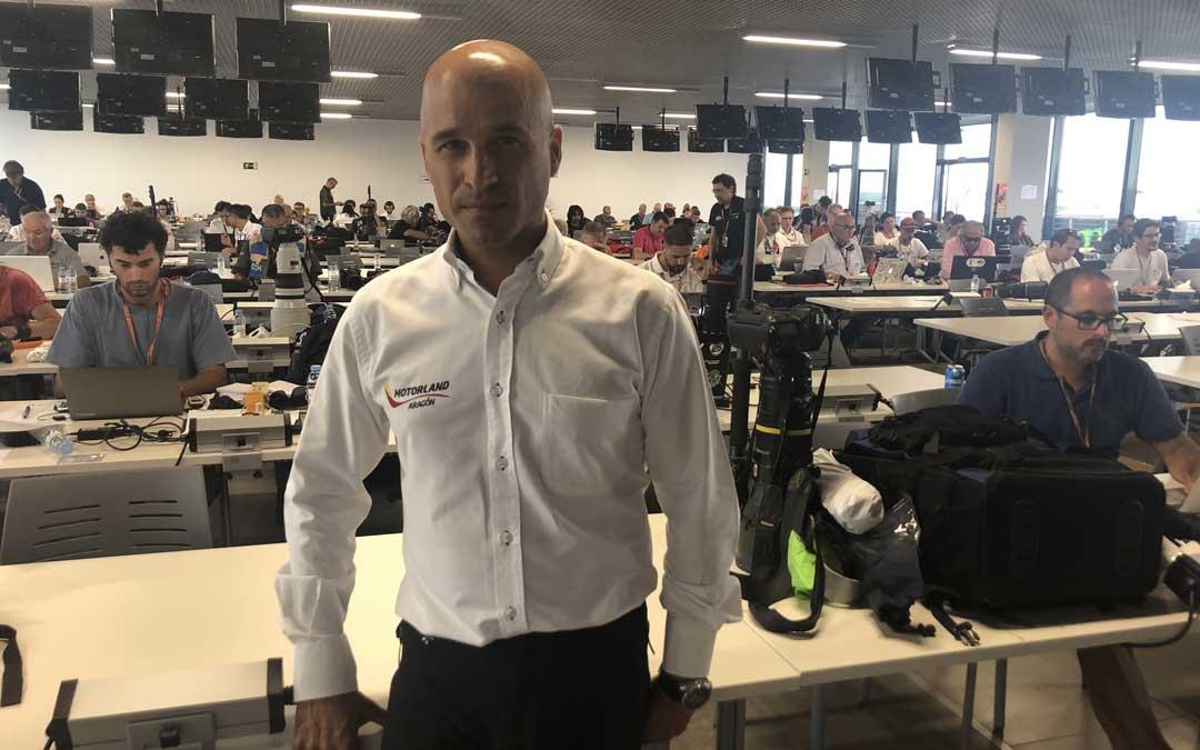 El gerente de Motorland, Santiago Abad, el domingo por la tarde en la sala de prensa en la que trabajan periodistas de todo el mundo / L. Castel