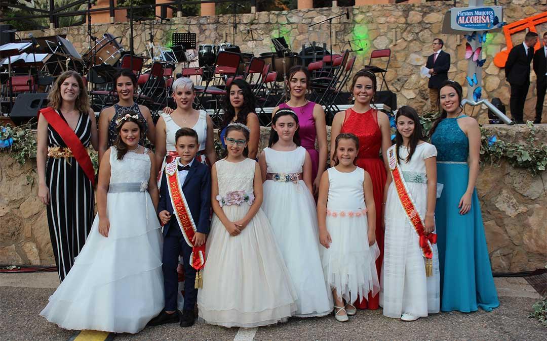 A la izquierda, la concejala de Juventud y Festejos de Alcorisa, Silvia Casas Foz, en la presentación de las reinas./ Laura Castel.