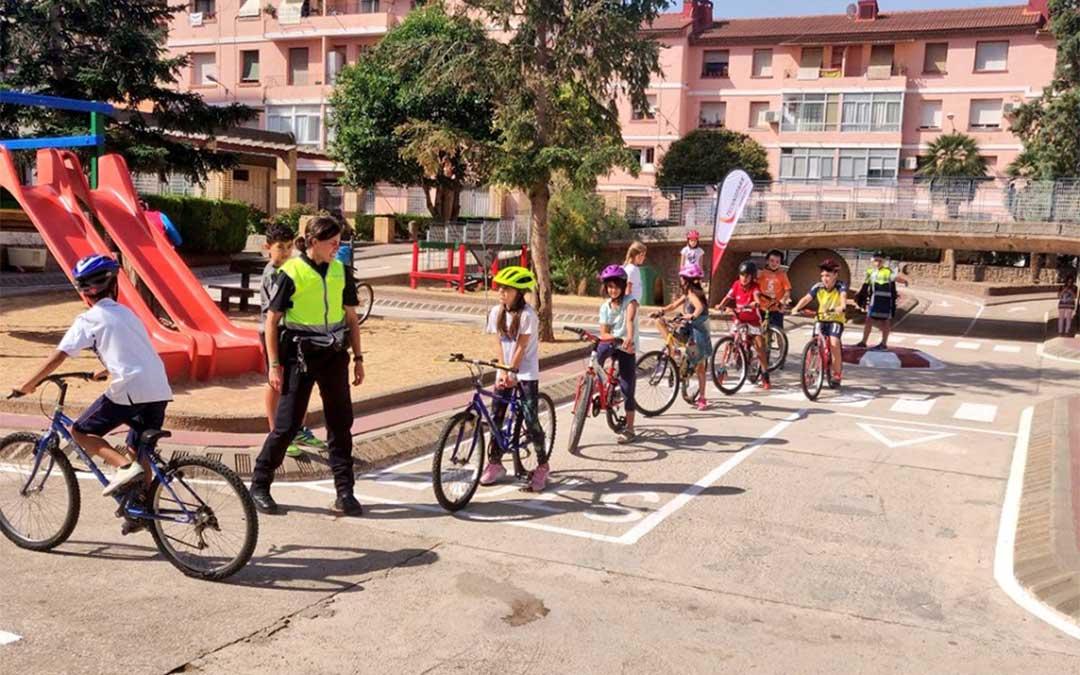 Alumnos del del CEIP Juan Sobrarias de Alcañiz en el circuito de Educación Vial./ Technopark.