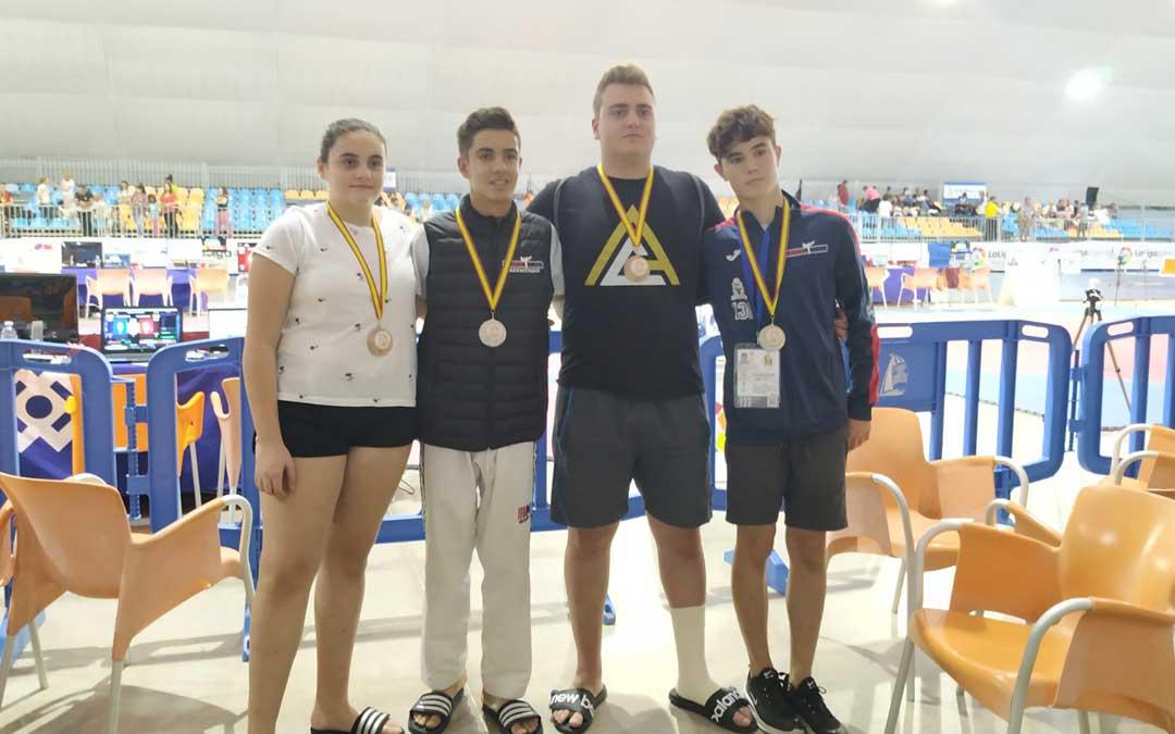 Los cuatro taekwondistas del Cabral Team posan con las medallas conseguidas en Marina D'Or