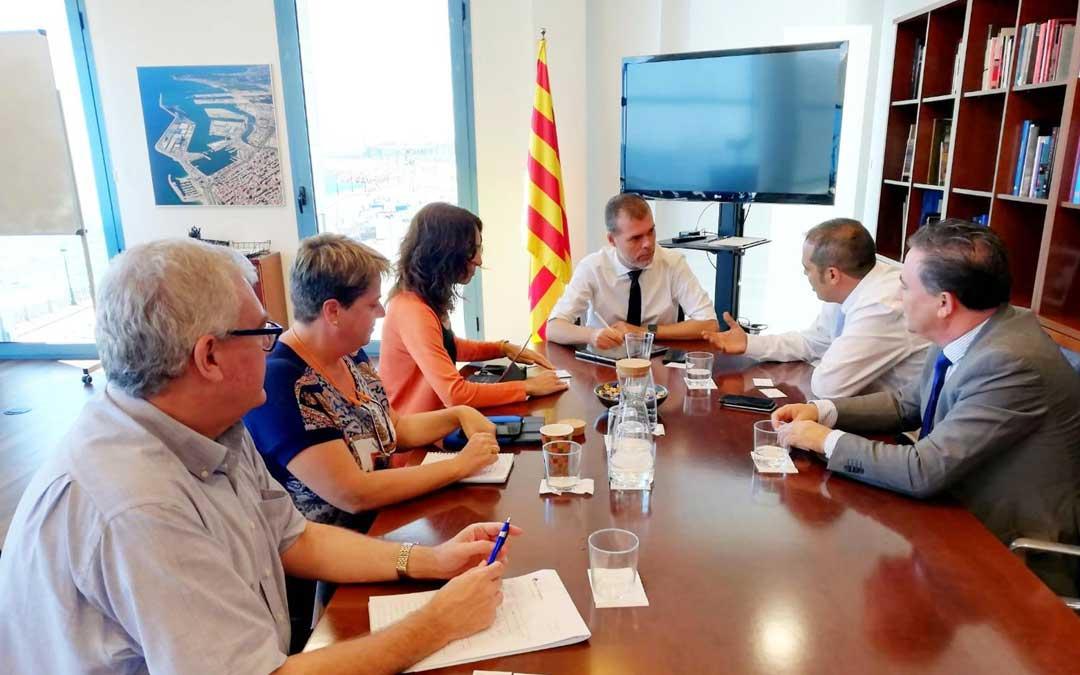 El alcalde de Andorra, Antonio Amador (segundo por la derecha); y el teniente de alcalde, Juan Ciércoles (primero por la dcha.) este martes con responsables del Puerto de Tarragona // Ayuntamiento de Andorra.