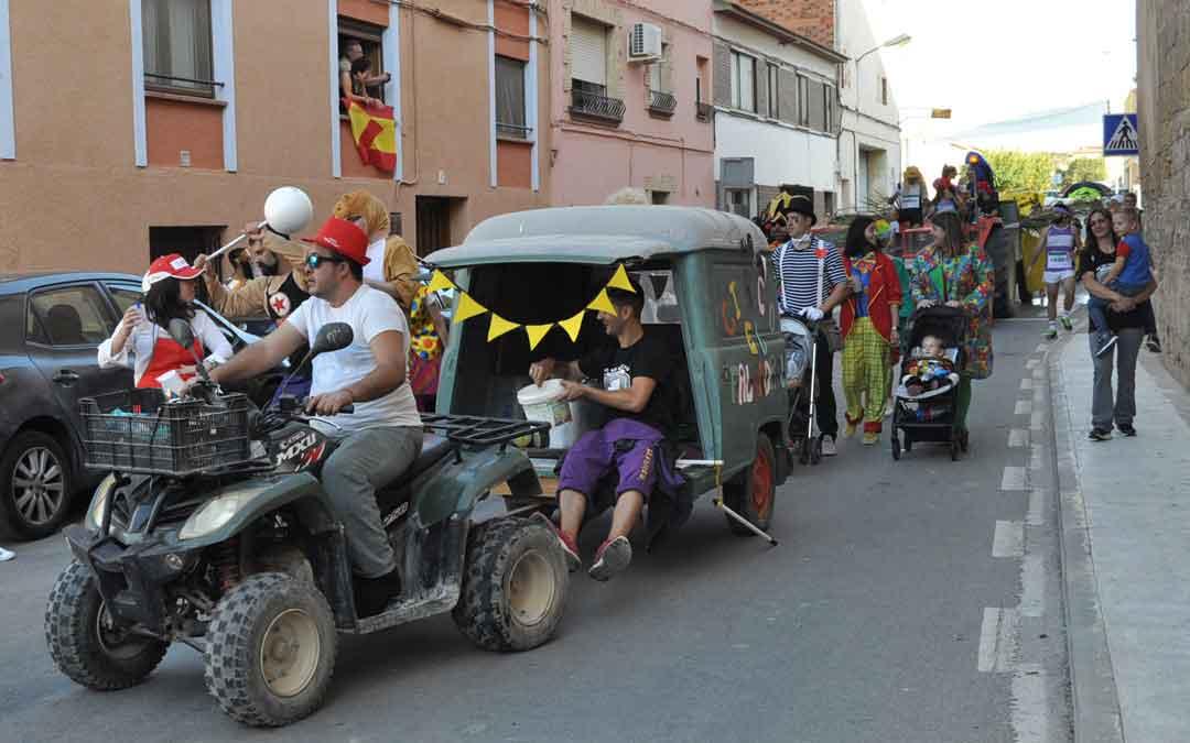 Los valdealgorfanos desfilaron con sus carrozas por las calles del casco urbano