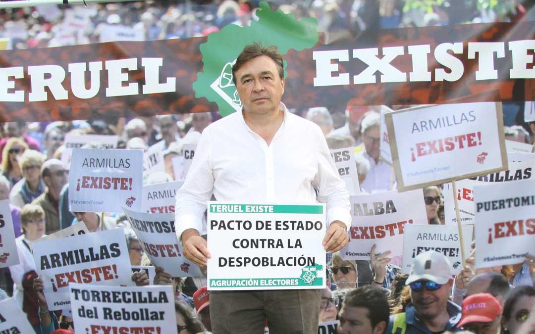 Tomás Guitarte con un cartel con su principal propuesta, un pacto de estado por la despoblación / Teruel Existe