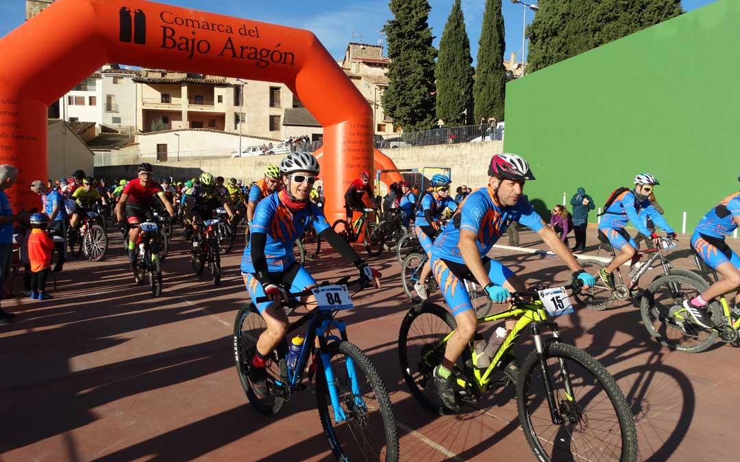 Salida de los participantes en la cicloturista de La Ginebrosa