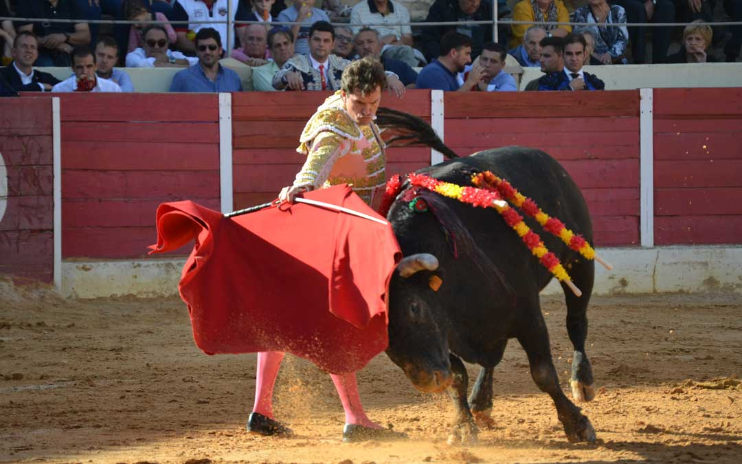 Daniel Luque con la muleta en el toro con que se abrió la corrida en Calanda