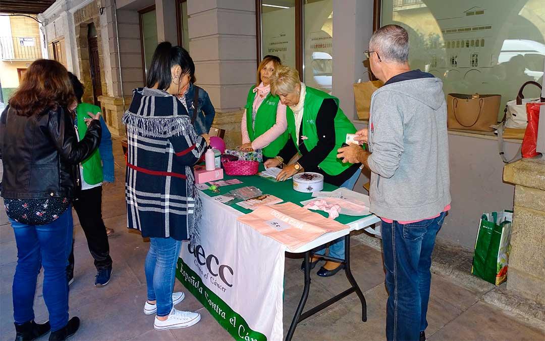 Mesa informativa de AECC./ Ayuntamiento de Alcorisa