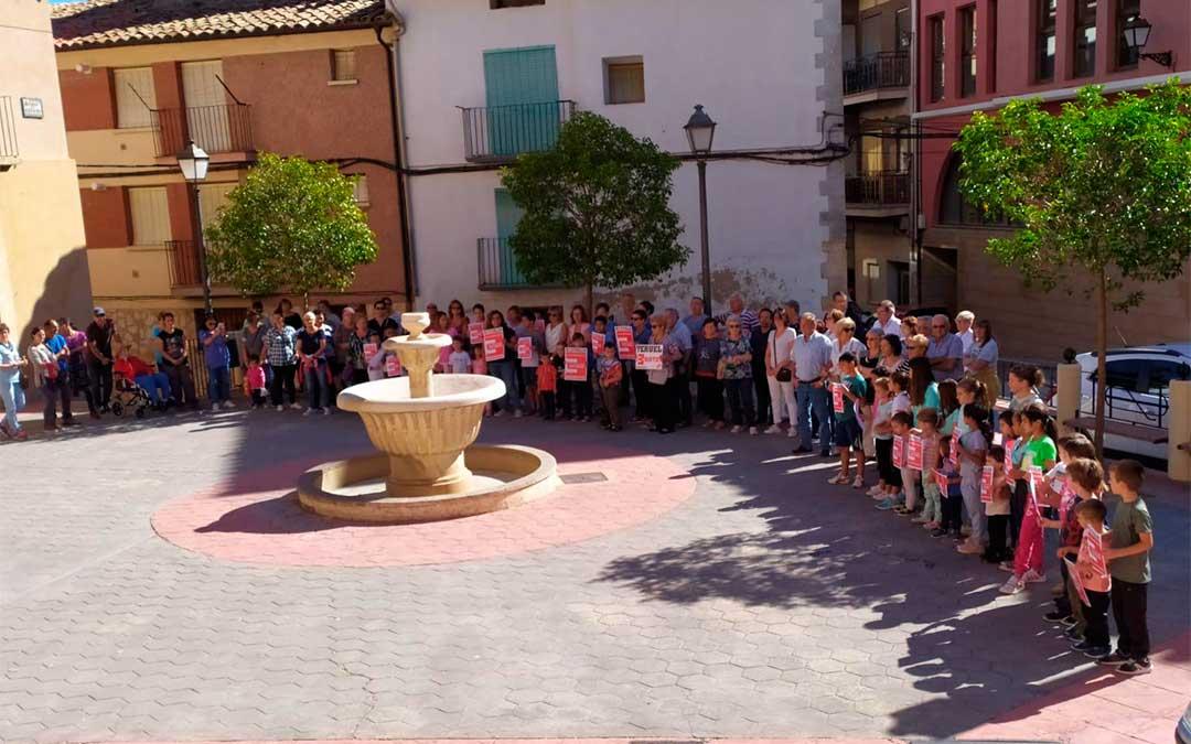 Niños y mayores en Aguaviva, juntos por la España vaciada.