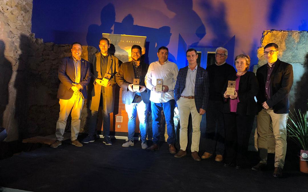 Foto de familia con autoridades y premiados en la II Gala de Turismo Bajo Aragón. / DPT