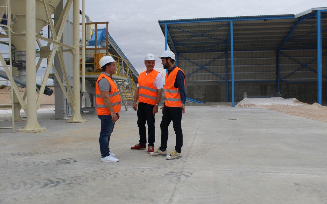 El Director General, Kütükçü; Fernando Montagud (marquetin) y Pablo Alcaraz (director de fábrica), en la planta albalatina. / B. Severino