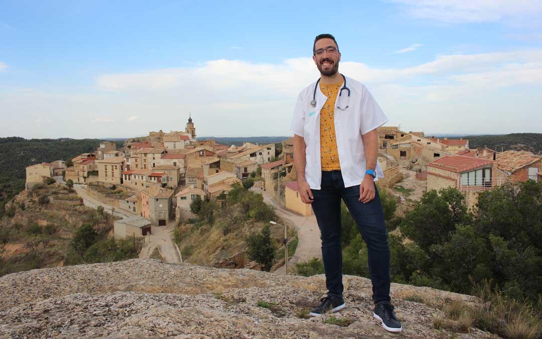 Daniel Ferrer reivindicando la medicina rural y que su pueblo, Fórnoles, tiene futuro, desde lo alto del Monte Santo / L. Castel
