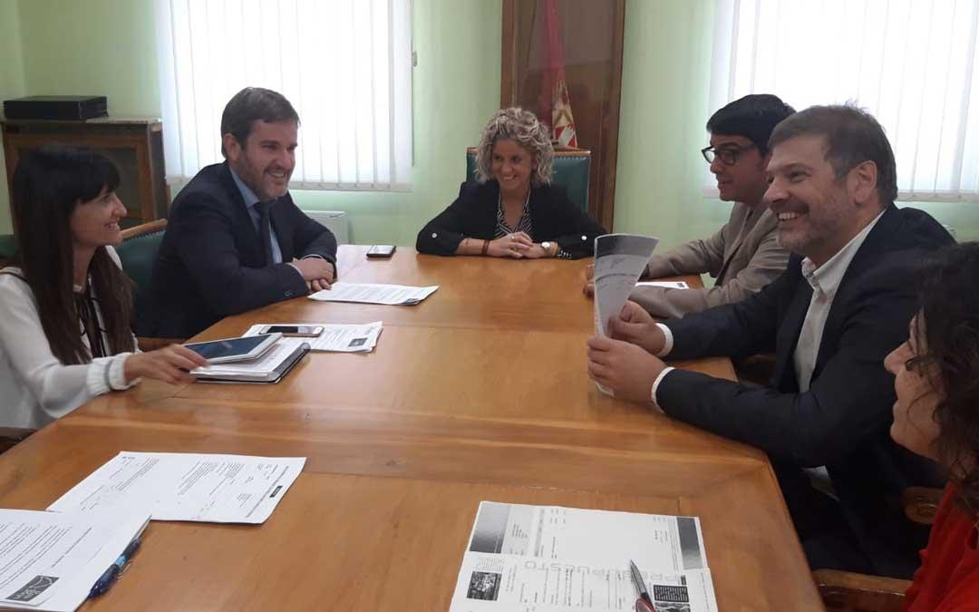 El alcalde de Alcañiz, Ignacio Urquizu (izq.) junto a su asesora de comunicación, Erica Casaña; en la reunión con los primeros ediles de Tortosa y Morella / Ayto. Tortosa