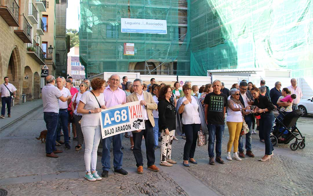 Los vecinos de Alcañiz paran por la despoblación en la plaza de España convocados por el Ayuntamiento./ M. Celiméndiz