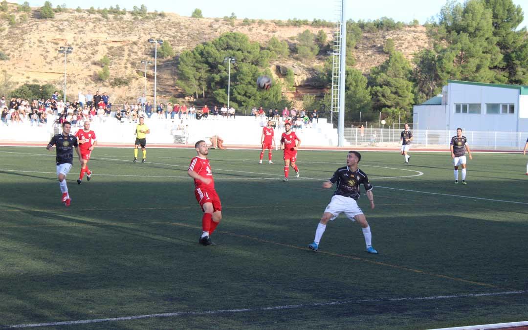 Un momento del partido en Santa María entre Alcañiz y Caspe con el balón en el aire. / B. Severino