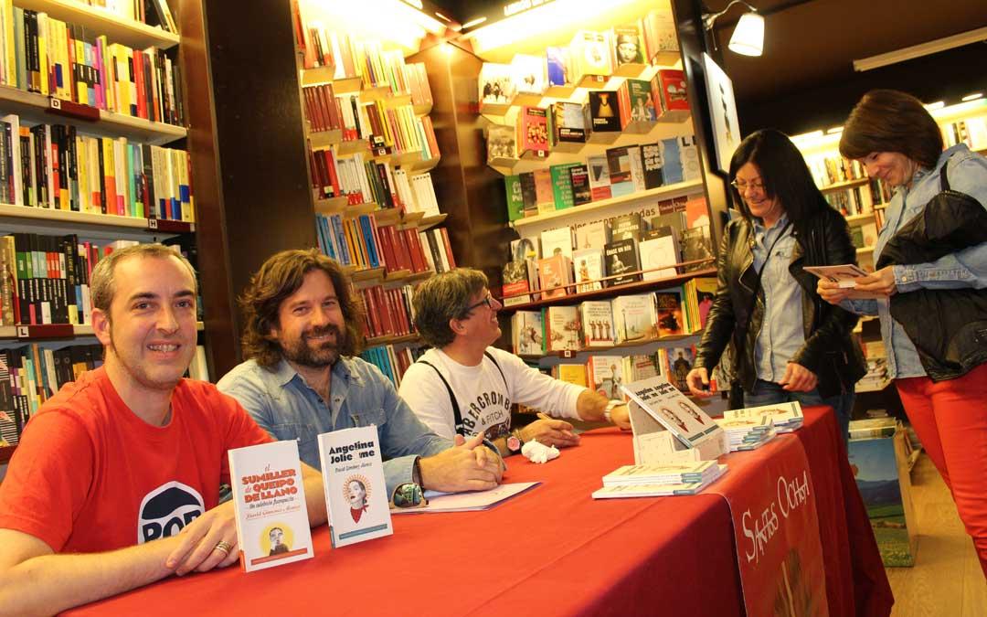 David Giménez firmando libros en la presentación de Alcañiz junto al concejal de Cultura de Alcañiz, Jorge Abril, y Sergio Grao, el editor. / B. Severino