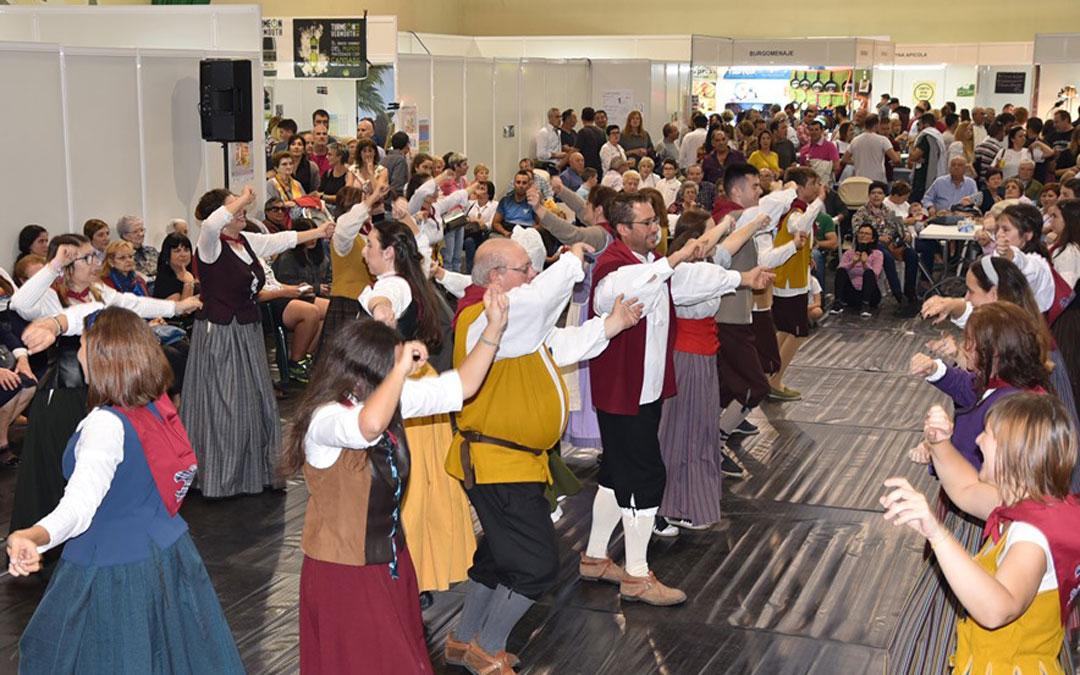 Danzantes de la Villa durante la presentación de la Fiesta de la Villa