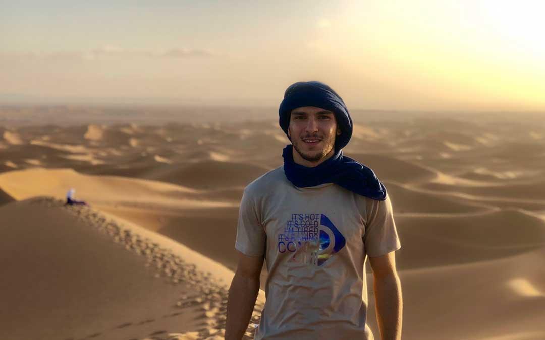 Ali Omar Laoufi en el desierto del Sáhara.