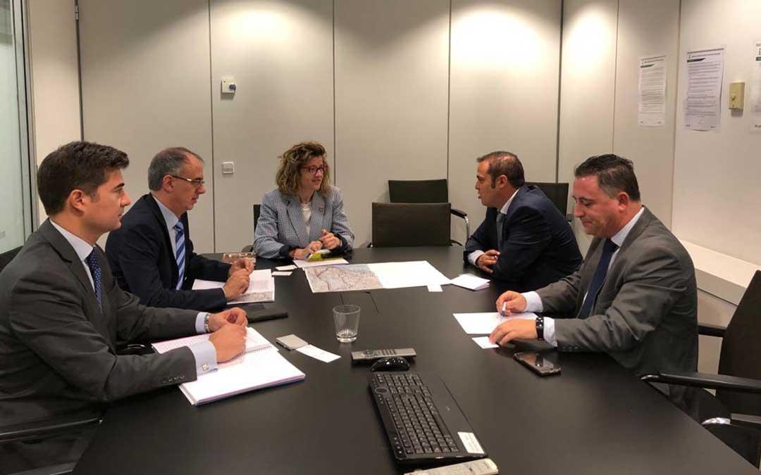 El alcalde de Andorra, Antonio Amador; y el teniente alcalde, Juan Ciércoles; se han reunido este martes en Madrid con la directora general de Planificación de ADIF, Marisa Domínguez / Ayto. Andorra