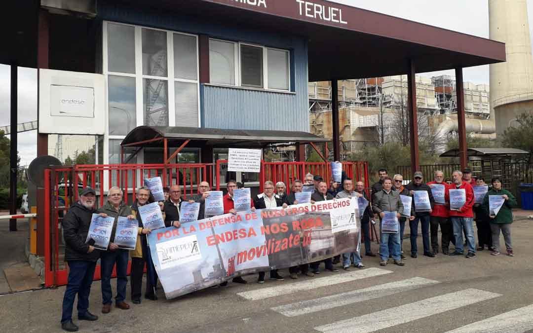 El colectivo de personal pasivo y prejubilados de Endesa (AMEPEA) se concentró ayer en las puertas de la Central Térmica para mandar fuerza al Comité / AMEPEA