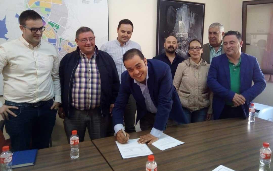El alcalde Antonio Amador firmando junto a varios concejales, responsables de Forestalia y Antonio Arrufat este jueves en el Ayuntamiento