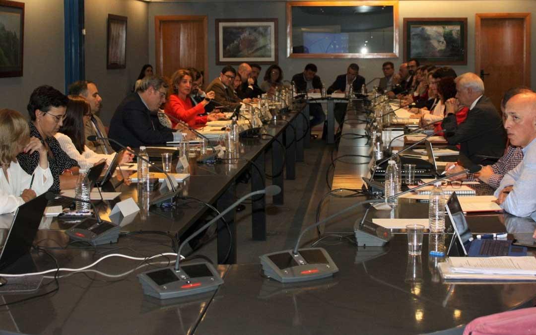 La ministra, Teresa Ribera (de rojo), presidió ayer la reunión sobre los Convenios de Transición Justa en Asturias. / @mitecogob