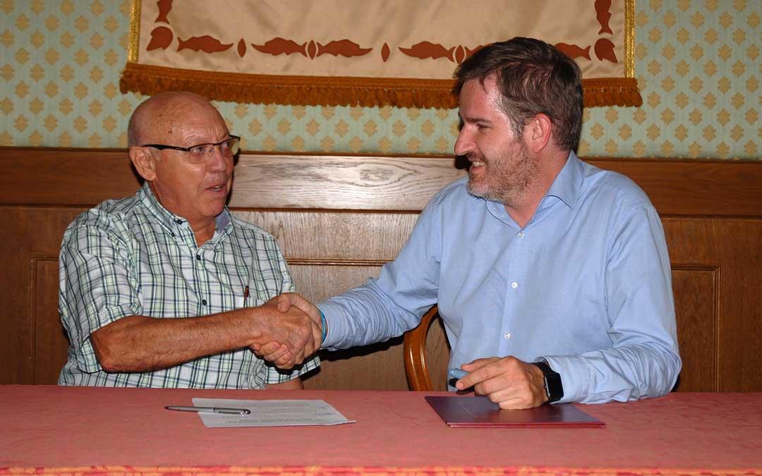 El vicepresidente de ATADI, Manuel Soriano; y el alcalde de Alcañiz, Ignacio Urquizu, han renovado esta semana el convenio anual / Ayto. Alcañiz