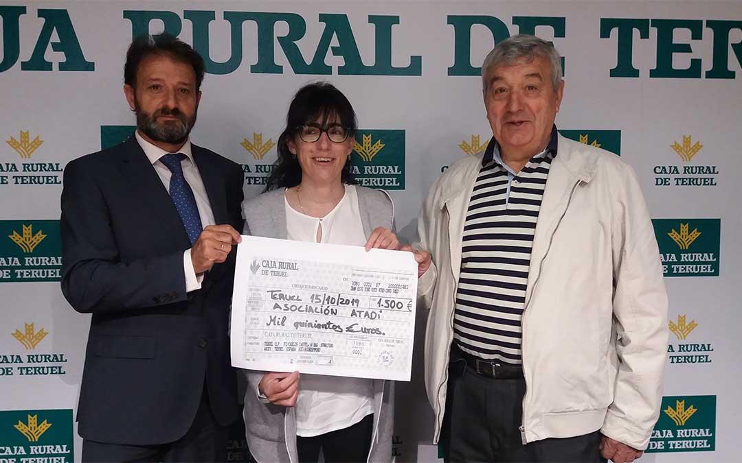 La responsable del centro ATADI – Puerta del Mediterráneo, Mª Jesús Pertegaz, recoge la donación./ Caja Rural de Teruel